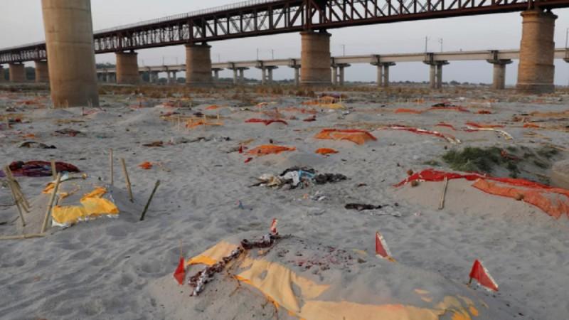 Φρίκη στην Ινδία: Ο Γάγγης ξεβράζει πτώματα ασθενών κορωνοϊού!