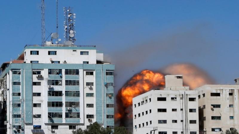 Λωρίδα της Γάζας: Κατέρρευσε κτήριο από βομβαρδισμό που στεγάζει το AP και το Al Jazeera