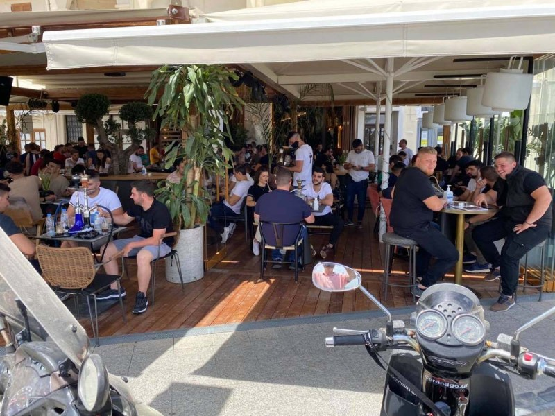 «Βούλιαξαν» οι καφετέριες του Ρεθύμνου με το άνοιγμα της εστίασης