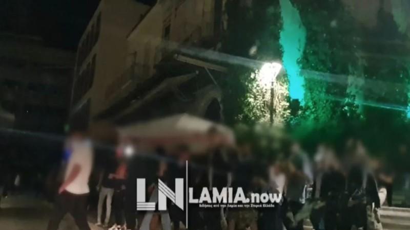 Η ΕΛΑΣ «διέλυσε» κορωνοπάρτι σε πλατεία της Λαμίας