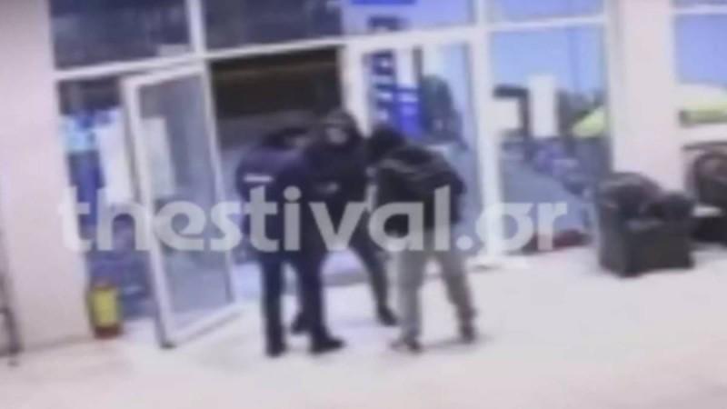 Τρόμος για υπάλληλο βενζινάδικου στη Θεσσαλονίκη: Βίντεο ντοκουμέντο από ληστεία