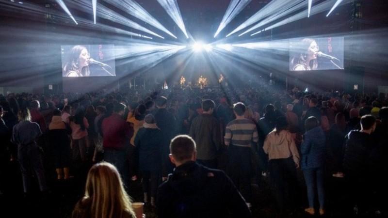 Το πείραμα του Λίβερπουλ: 5.000 άνθρωποι πέταξαν τις μάσκες σε συναυλία
