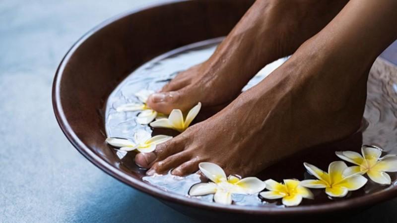 Πόνοι στα πόδια; Αυτοί είναι οι λόγοι που έχουν σχέση και με τον αυχένα