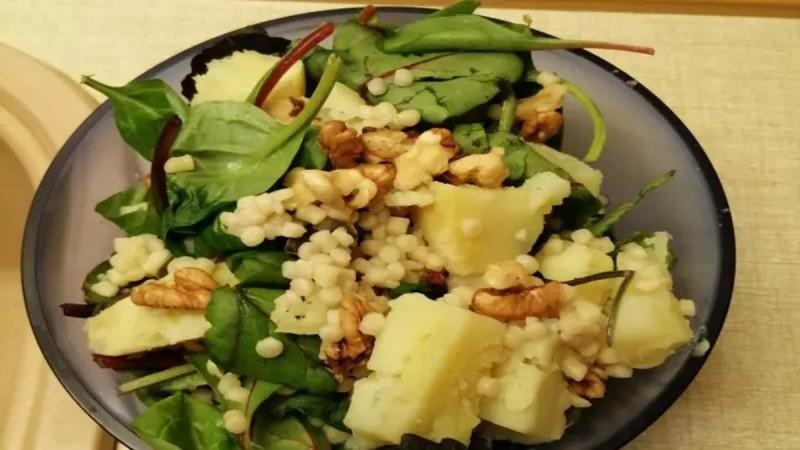 Δροσερή πράσινη σαλάτα με κους κους και γλυκοπατάτα