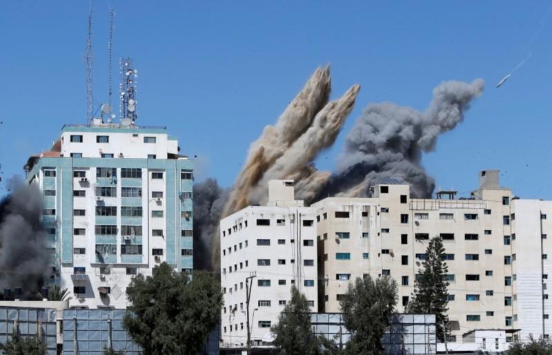 H στιγμή που βομβαρδίζουν το 12οροφο κτήριο στο Ισραήλ