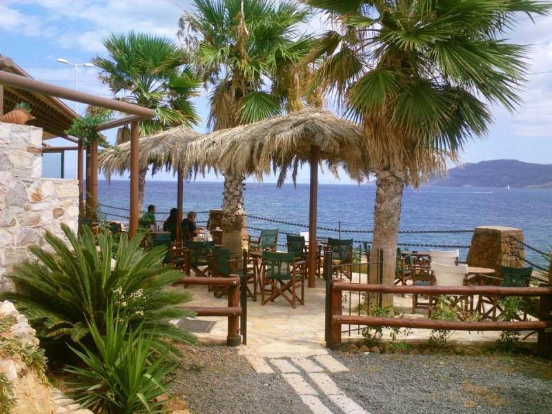 Το Rocks Cafe πάνω στη θάλασσα