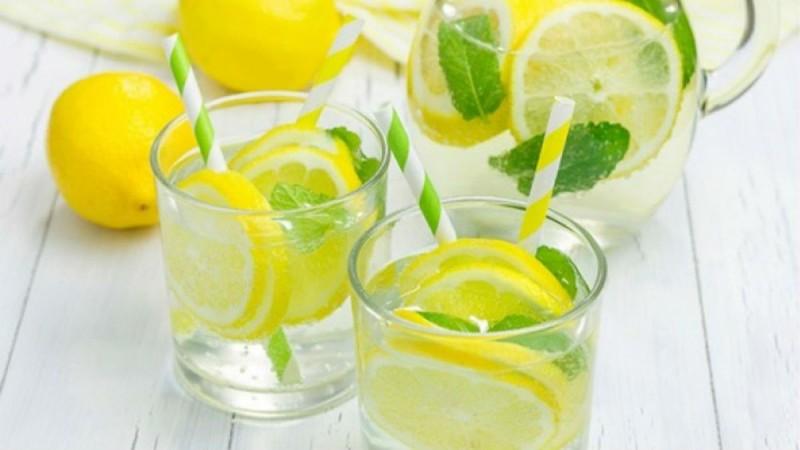 Συνήθως τα νέα κορίτσια που κάνουν δίαιτες συνηθίζουν να πίνουν με άδειο στομάχι νερό με στυμμένο λεμόνι