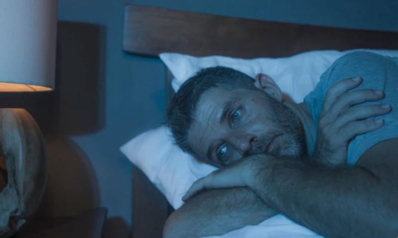 Αν δεν κοιμάσαι καλά, έχεις πιθανότητες να νοσήσεις βαριά με κορωνοϊό