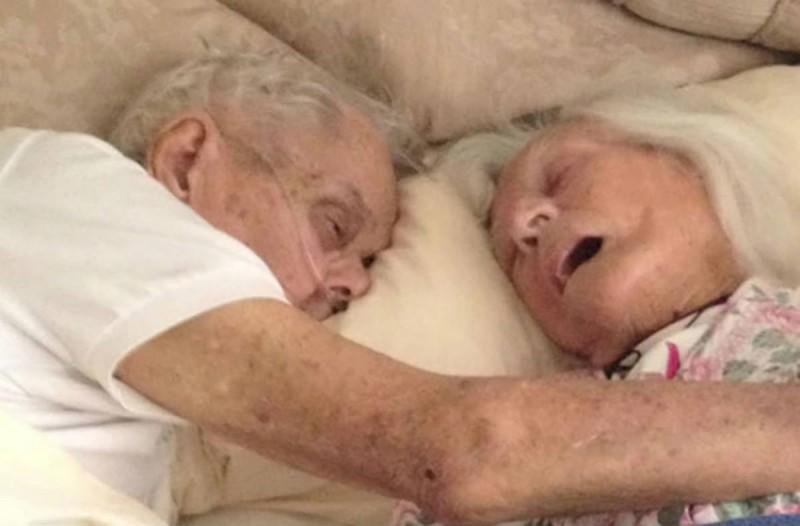 Πριν πεθάνει ο παππούς έβγαλε αυτή την φωτογραφία - Αυτό που κρατάει στα χέρια του, ραγίζει καρδιές!