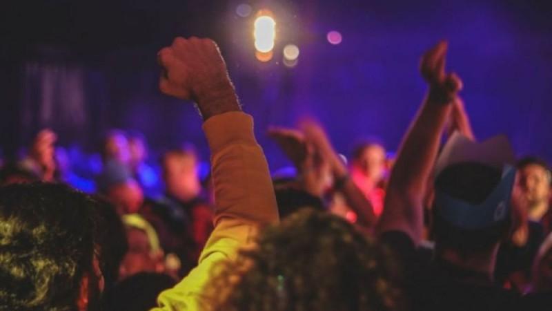 Κορωνοπάρτι σε βίλες στη Μύκονο με γνωστό DJ, αφίσες και 1.299 ευρώ είσοδο