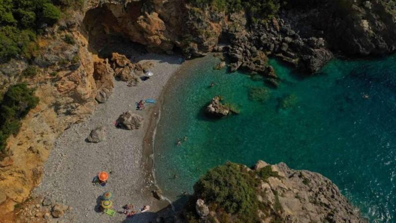 6+1 εναλλακτικές στάσεις στην Πελοπόννησο και οι 7 καλύτερες παραλίες για να κάνετε τις βουτιές σας