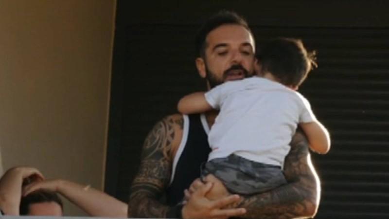 Survivor 4: Ραγίζει καρδιές η φωτογραφία του Τριαντάφυλλου στην αγκαλιά του γιου του!