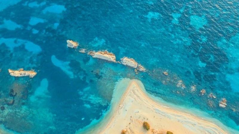 Αρτολίθια: Η εκπληκτική παραλία του Ιονίου με τα γαλαζοπράσινα νερά που είναι πάντα