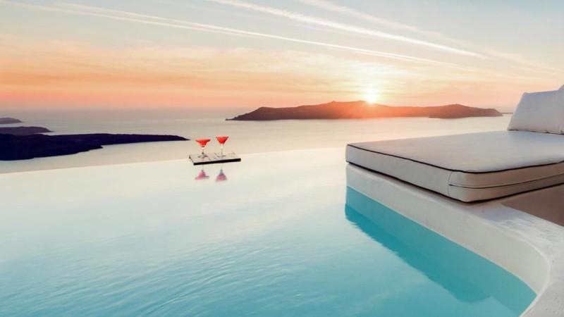 Σαντορίνη: Το ξενοδοχείο με την απέραντη πισίνα πάνω στην Καλντέρα που... λατρεύουν το TripAdvisor και ο Τάσος Δούσης