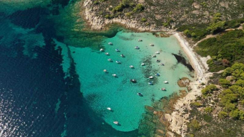 Κορυφαίες εξωτικές παραλίες κι ένα άγνωστο νησάκι μόλις 30 λεπτά από την Αθήνα - Τα δύο νησιά με... το ναυάγιο και τα ζεστά νερά