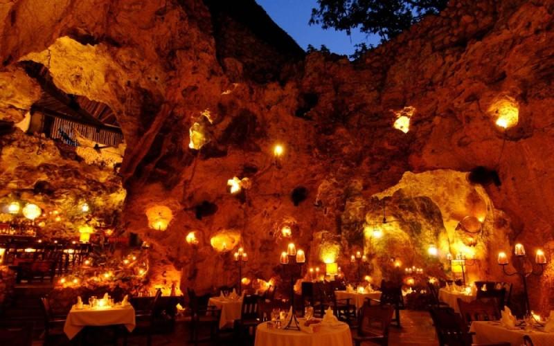 Εστιατόριο Ali Barbour μέσα σε μια σπηλιά, στην παραλία Diani στην Κένυα