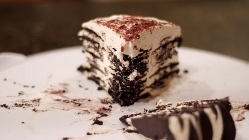 Γλυκό ψυγείου που λιώνει στο στόμα με ζαχαρούχο γάλα, γκοφρέτες και μπισκότα