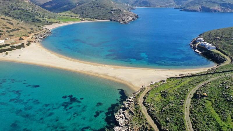 Η παραλία Κολώνα είναι μία από τις πιο διάσημες του νησιού