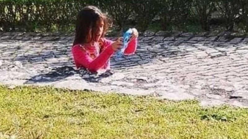 Το κοριτσάκι της φωτογραφίας φαίνεται «βυθισμένο» στο τσιμέντο - Αν προσέξουμε λίγο καλύτερα την φωτογραφία θα δούμε ότι...