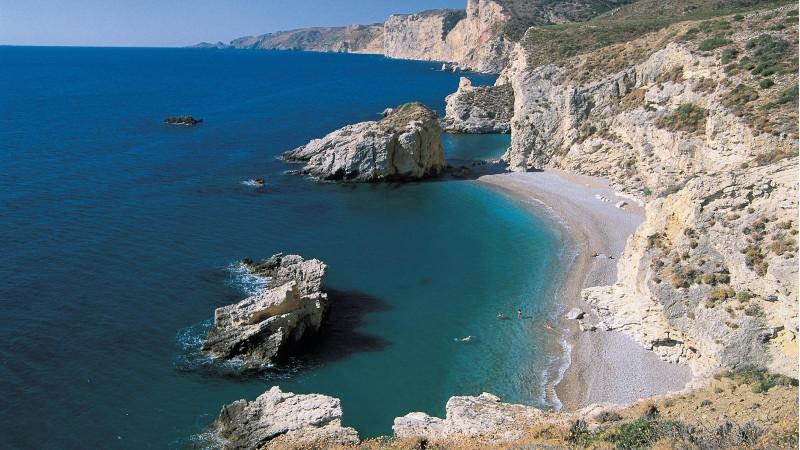 Κύθηρα: Η παραμυθένια παραλία με την λευκή άμμο και το ναυάγιο & 7 λόγοι για να κάνεις διακοπές στο νησί