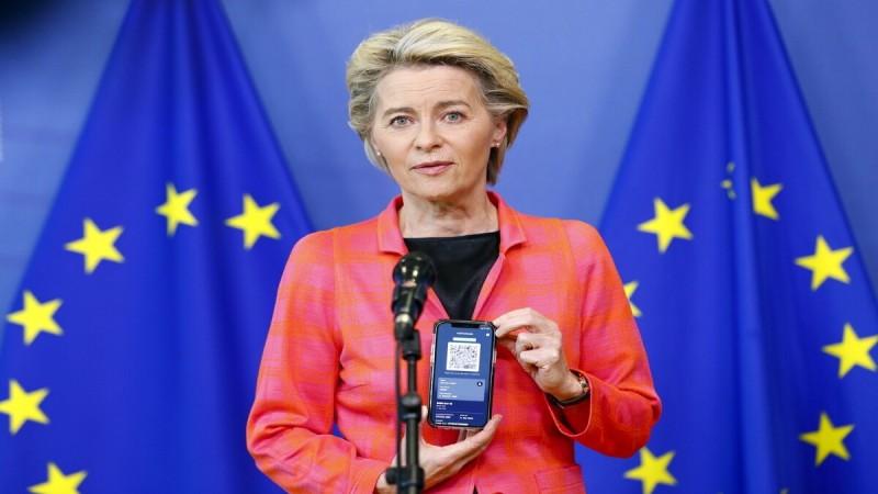 Η Φον ντερ Λάιεν έβγαλε το ευρωπαϊκό ψηφιακό πιστοποιητικό και το δείχνει στην κάμερα - Πότε τίθεται σε ισχύ