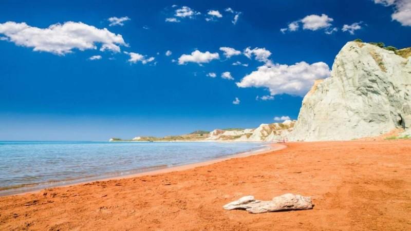 Ανακαλύψτε δύο υπέροχες ελληνικές παραλίες: Η μια ξεχωρίζει για το σχήμα της και η άλλη για το χρώμα της