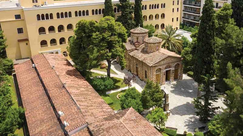 Σοκ στη Μονή Πετράκη: Ιερέας επιτέθηκε με βιτριόλι σε 7 Μητροπολίτες!