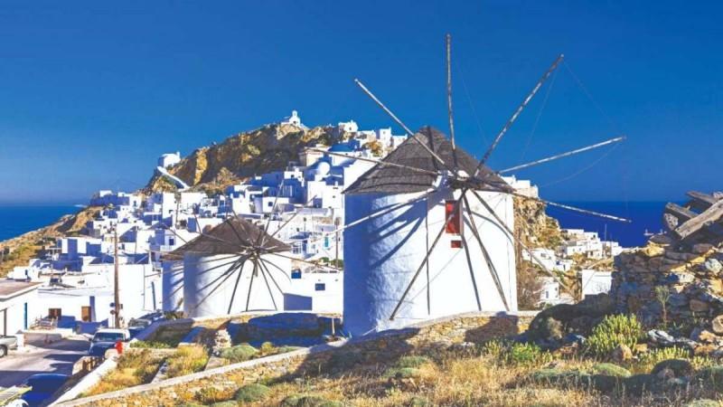Σέριφος: Η μαγική κατοικία με την απίστευτη θέα που αιωρείται πάνω στη θάλασσα και το συγκρότημα κατοικιών που αγάπησε ο Τάσος Δούσης