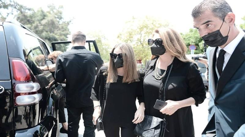 Κηδεία Τόλη Βοσκόπουλου: Μαυροφορεμένες Άντζελα Γκερέκου και Μαρία Βοσκοπούλου!