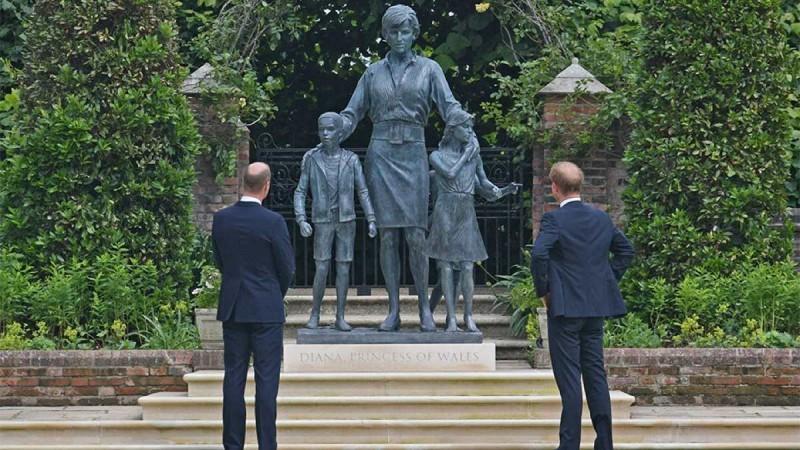 Αντιδράσεις έχει προκαλέσει το άγαλμα της Νταϊάνα - Γουίλιαμ και Χάρι έκαναν τα αποκαλυπτήρια του στη μνήμη της μητέρας τους