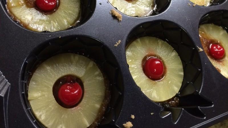 Βάζει φέτες ανανά στη φόρμα από τα κέικ και ρίχνει από πάνω το…Το αποτέλεσμα θα σας ξετρελάνει!