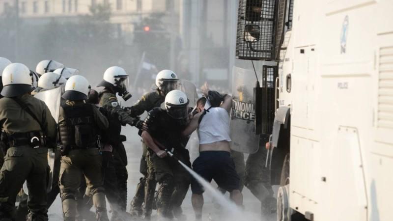 Συναγερμός στο Σύνταγμα: Επεισόδια Αστυνομίας και αντιεμβολιαστών με χημικά και δακρυγόνα