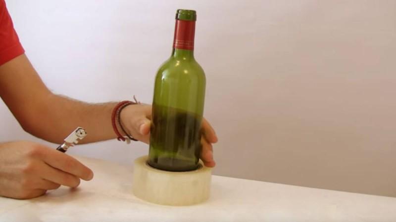 Παίρνει ένα μπουκάλι, το βάζει μέσα σε ένα ρολό ταινίας και το κόβει στη μέση. Ο λόγος; Απίθανο!