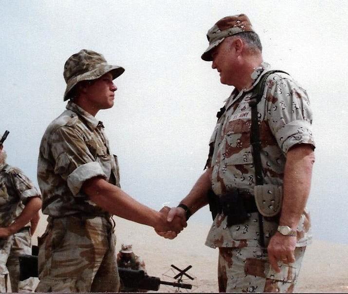 Μάχιμος στρατιωτικός με 30 χρόνια θητεία, αποφάσισε να ζει πλέον σαν γυναίκα