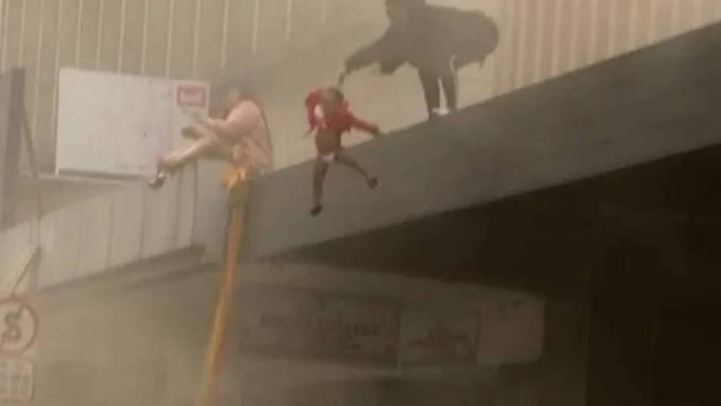 Ανατριχιαστικό βίντεο: Πέταξε τη 2 ετών κόρη της από το παράθυρο για να τη σώσει από τη φωτιά!