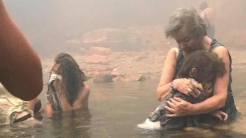 Πυρκαγιά στο Μάτι: Τι κρύβεται πίσω από την φωτογραφία που έκανε τον γύρο του κόσμου