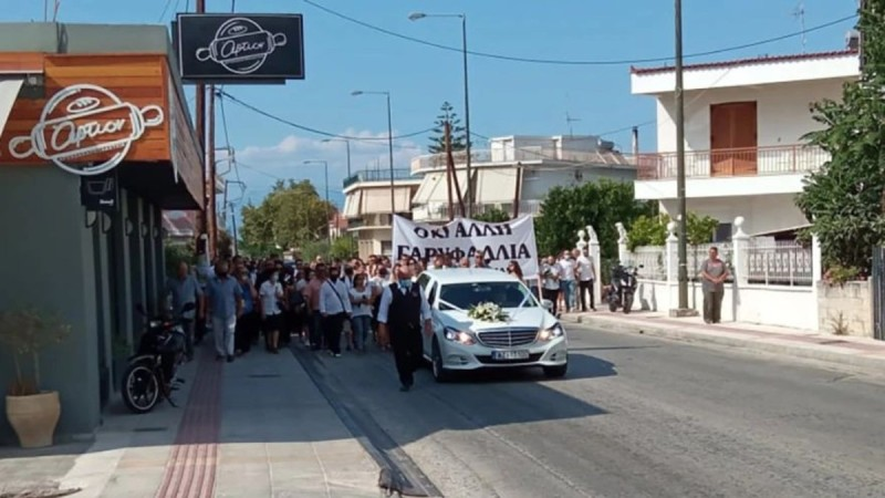 Έγκλημα στη Φολέγανδρο: Σπαρακτικό το τελευταίο αντίο στην κηδεία της 26χρονης Γαρυφαλλιάς