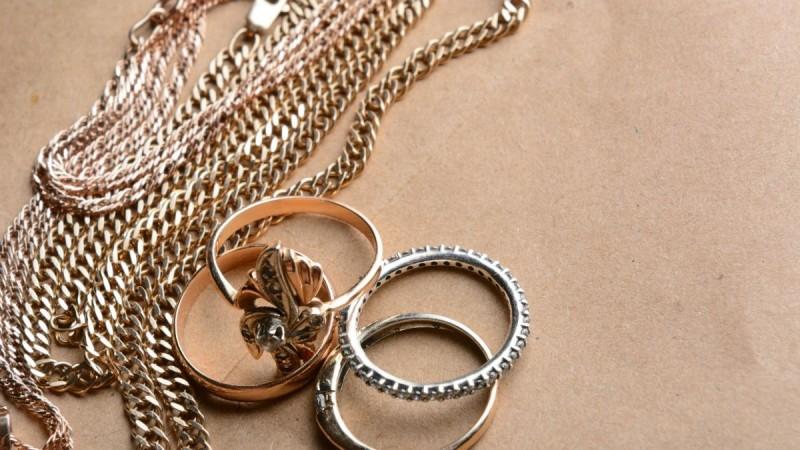 Πώς να καθαρίσεις τα ψεύτικα κοσμήματα; Σου έχουμε τη λύση!