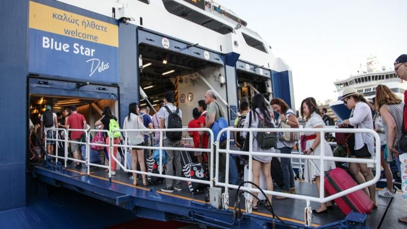 Όπου φύγει – φύγει! Ατελείωτες ουρές στο λιμάνι του Πειραιά – Εξονυχιστικοί έλεγχοι