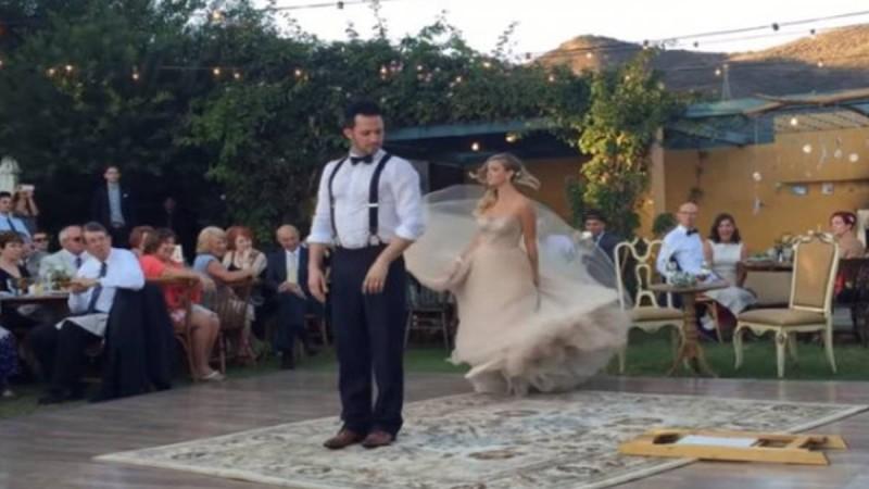 Όταν η νύφη κάνει αυτό στον γαμπρό, κανείς δεν μπορεί να πάρει τα μάτια του από πάνω τους!