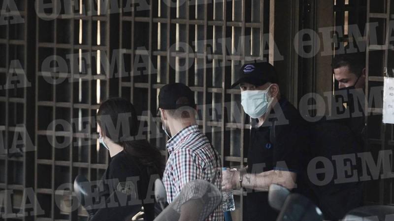 Ο Πέτρος Φιλιππίδης με χειροπέδες βγαίνει από την ΓΑΔΑ! Αυτό είναι το κελί του