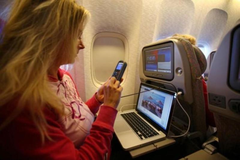 Μάθαμε ΤΙ Θα Συμβεί Αν ΔΕΝ Κλείσουμε Το Κινητό Μας Ενώ Πετάμε Με Αεροπλάνο Και Μείναμε Άφωνοι