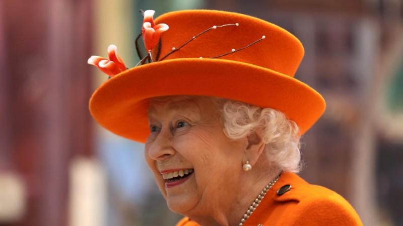 Γιατί η βασίλισσα Ελισάβετ φοράει πάντα φωσφοριζέ ρούχα