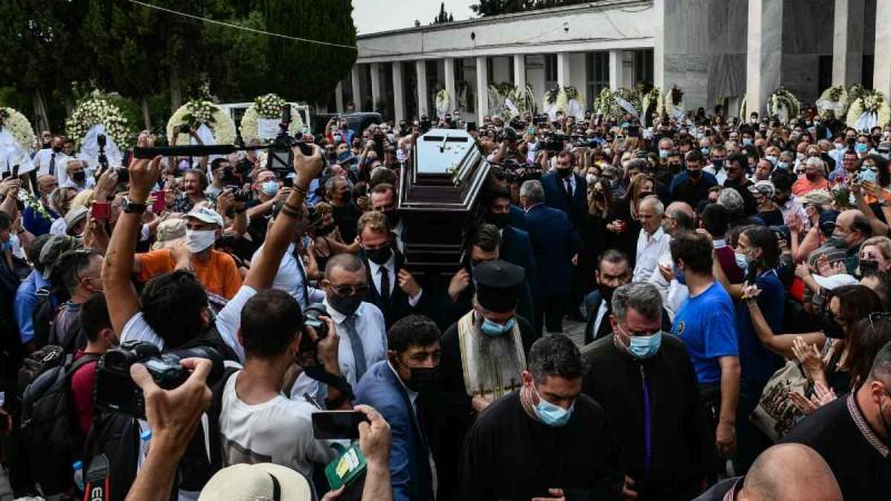 Απίστευτος συνωστισμός στην κηδεία του Βοσκόπουλου: «Λαοθάλασσα» και χωρίς μάσκες