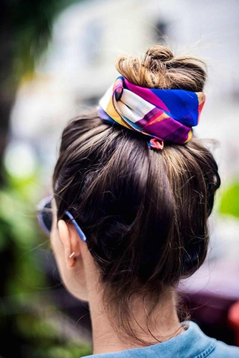 Χαλαρό top knot με φουλάρι