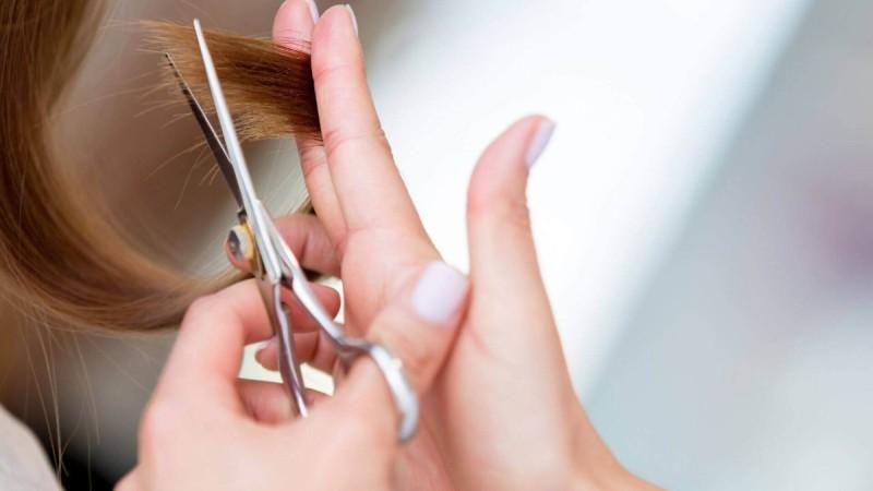 Ψαλίδα: Τρεις φυσικοί τρόποι να την ξεφορτωθείς από τα μαλλιά σου