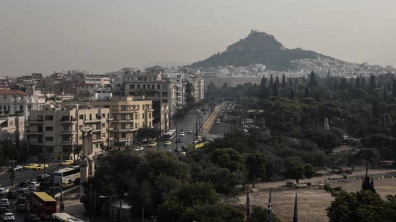 Μια Αθήνα 'θαμμένη' στις στάχτες
