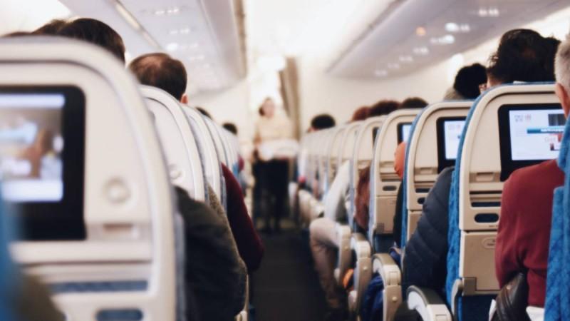 Αδιανόητο: Άναψε τσιγάρο στο αεροπλάνο και χαστούκισε την αεροσυνοδό που του έκανε παρατήρηση