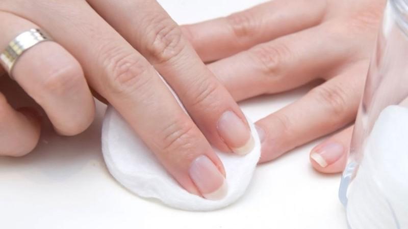 Το απόλυτο τρικ για να ξεβάψετε τα νύχια σας χωρίς ασετόν