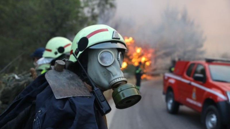 Φωτιά στη Βαρυμπόμπη: Έκκληση στους κατοίκους της Αττικής να παραμείνουν στο σπίτι